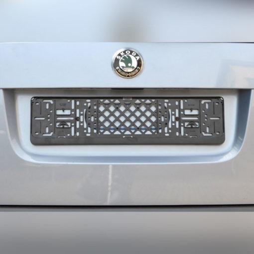 kentekenplaathouder met tekst op auto van pelster automotive