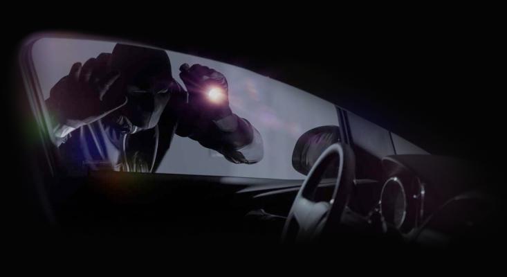 Inbreker kijkt in auto