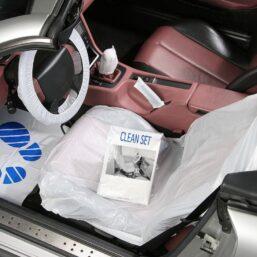 beschermhoezen voorkomt vuil en beschadigingen in de auto tijdens een onderhoudsbeurt